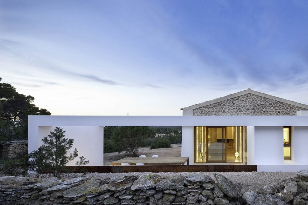 Love The Modern Additions To This Traditional Modest Spanish Dwelling By Architects Maria Castello And Daniel Redolat Simple Materials Forms